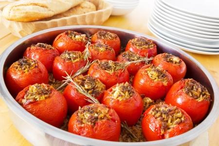 Gefüllte Tomaten in einem runden Topf frisch aus dem Ofen