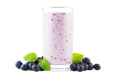 Glas frischen süßen Heidelbeer-Milchshake mit Blaubeeren auf weißem