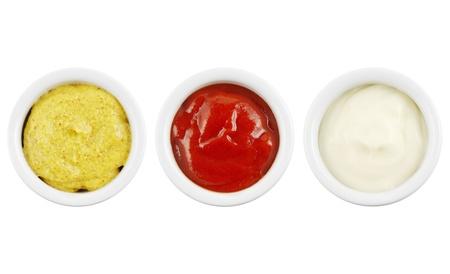 salsa de tomate: Las salsas en recipientes aislados en blanco con mostaza, ketchup y mayonesa Foto de archivo