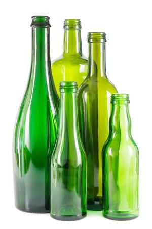 Gruppe von leeren grüne Glasflaschen auf weiß.