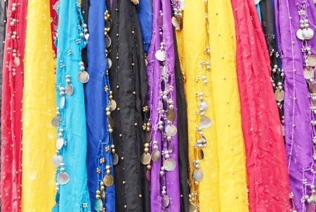 sciarpe: Variopinti tessuti orientali con le monete in metallo e sfere utilizzate per la danza del ventre