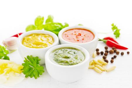 Grupo de salsas picantes con ingredientes