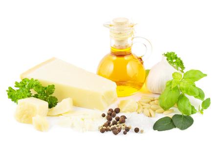 pinoli: Ingredienti per un pesto verde italiano con parmigiano, erbe aromatiche, olio d'oliva, aglio, spezie e pinoli