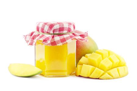 mango fruta: Mermelada de mango con mangos frescos en blanco.