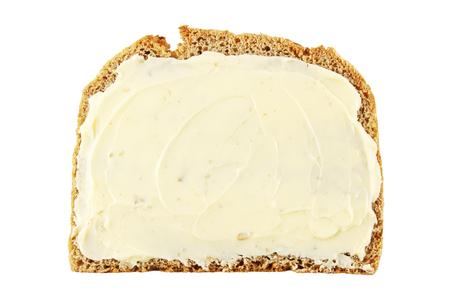 tranches de pain: Tranche de pain de seigle au beurre isolé sur blanc