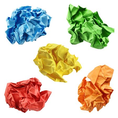 Colorful boules de papier froissé en bleu, vert, jaune, rouge et orange, isolé sur un fond blanc