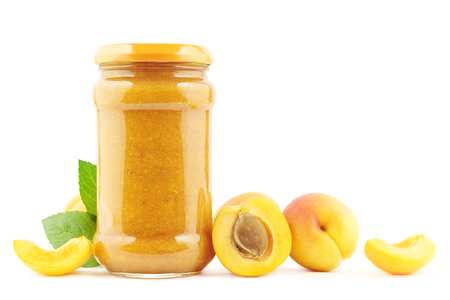 marillenmarmelade: Jar of fresh apricot jam with apricots on white