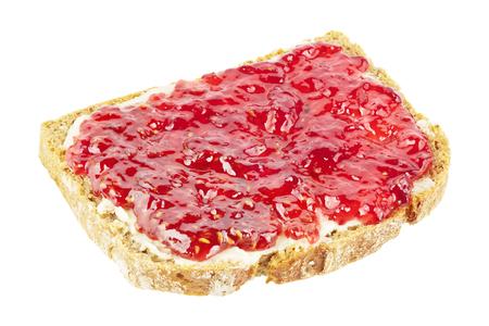 mermelada: Rebanada de pan con mermelada de frambuesa aislado en blanco.