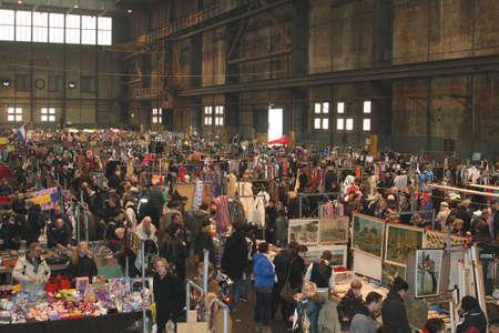 tr�delmarkt: Flohmarkt in einem alten verlassenen Fabrik (IJhallen) in Amsterdam Editorial