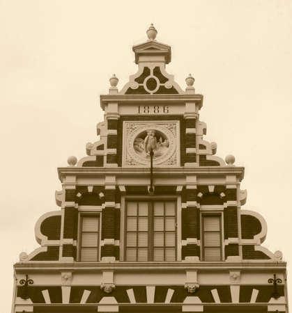 canal house: Facciata di un antico edificio di Amsterdam in seppia Archivio Fotografico