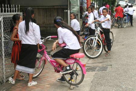 illiteracy: Vientiane, Rep�blica Democr�tica Popular Lao, 17 de octubre 2012 Los escolares de uniforme est�n jugando en Vientiane Editorial