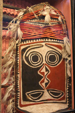 Adelaide, Australia, spril 1, 2013 Primitive mask from Papua New Guinea in the South Australian Museum in Adelaide
