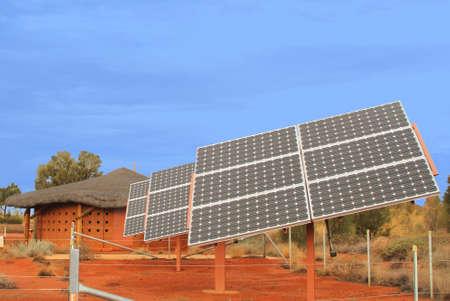 energia solar: Paneles solares en el desierto rojo