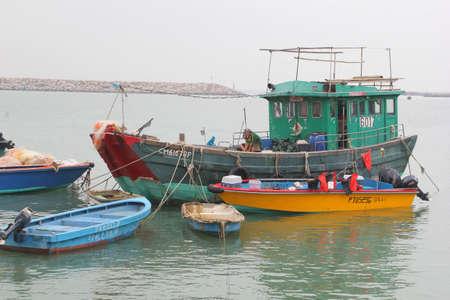 lantau: Isola di Lantau, Hong Kong, Cina, 7 novembre, 2013 Un vaso di legno tradizionale di pesca nel porto del villaggio di pescatori di Tai O a isola di Lantau Editoriali