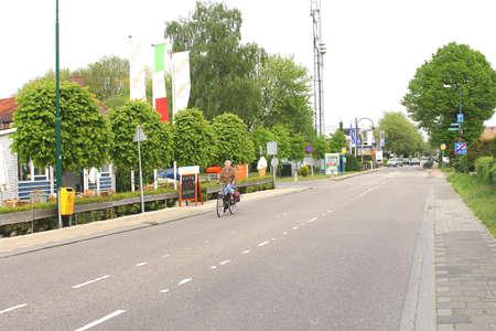 ciclos: Loosdrecht, Pa�ses Bajos ciclos Mujer en el Antiguo Loosdrecht Dike Editorial