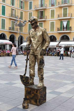 moneymaking: PalmaMallorcaSpainmay 2015 Street artist gives a performance at the Plaza Mayor