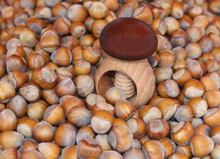 avellanas: Un cascanueces de madera entre las avellanas frescas