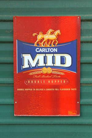 caballo bebe: Stuarts as�, Territorio del Norte, Australia, Diciembre a�o 2015 una muestra retra del Carlton Mid saltaron doble cerveza en una pared verde