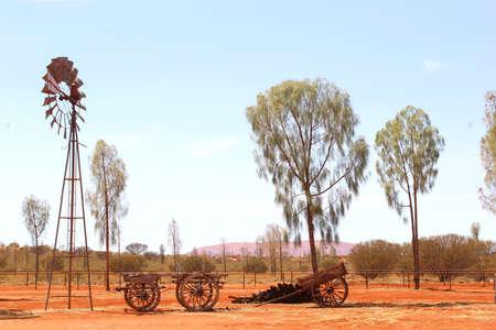 bomba de agua: bomba de agua retro molino de viento, desierto Australia Foto de archivo