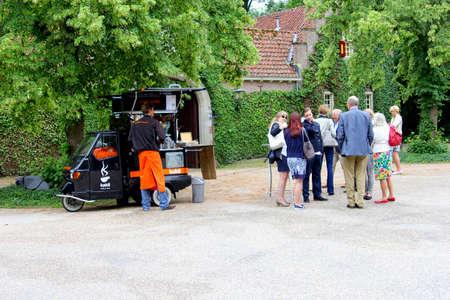 socializando: Breukelen, Países Bajos, julio de 2016 La gente es socializar a un café ambulatoria reposar por café para llevar