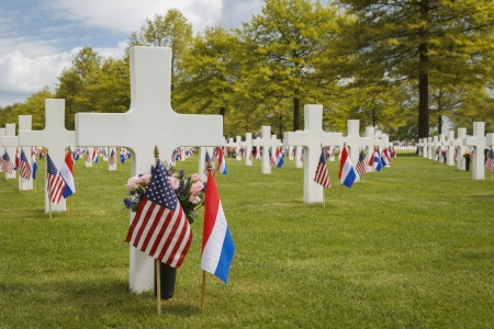 memorial cross: Graves decorado para el Memorial Day en American War Cemetery Margraten Foto de archivo