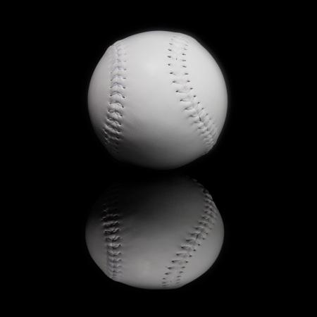 pelota beisbol: pelota de b�isbol sobre fondo negro Foto de archivo