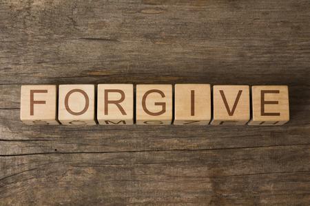 to forgive: PERDONAR palabra en cubos de madera