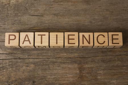 paciencia: PACIENCIA palabra escrita en los cubos de madera Foto de archivo