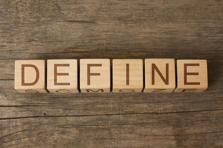le mot de DEFINE sur des cubes en bois Banque d'images