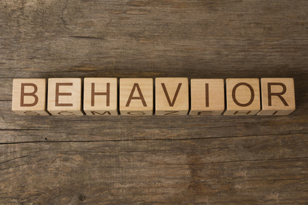 parola COMPORTAMENTO scritta su cubi di legno