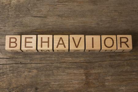 VERHALTEN Wort auf Holzwürfel geschrieben