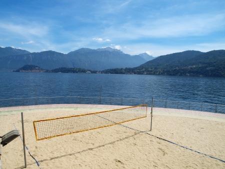lake como: Verlaten volleybalveld aan het Comomeer, Italië Stockfoto