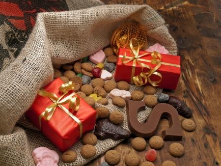 Sinterklaas tas met geschenken en snoep