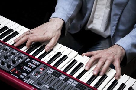 fortepian: Pianista gra na pianinie elektrycznym Zdjęcie Seryjne
