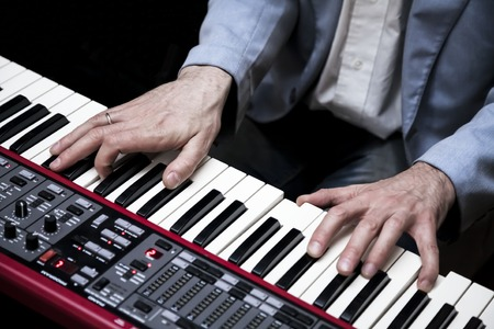 piano: Pianista tocando en el piano eléctrico Foto de archivo