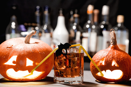 cocteles: Fiesta de Halloween. Calabaza divertida con un cóctel Foto de archivo