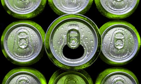 lata de refresco: Latas de aluminio. La parte superior de las latas de cerveza. Vista superior