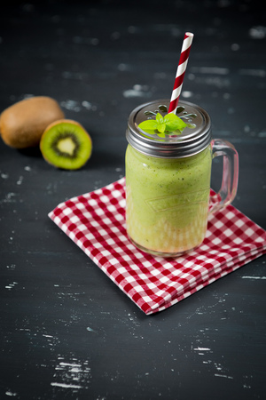 Fresh blended green smoothie with kiwi and spinach Foto de archivo