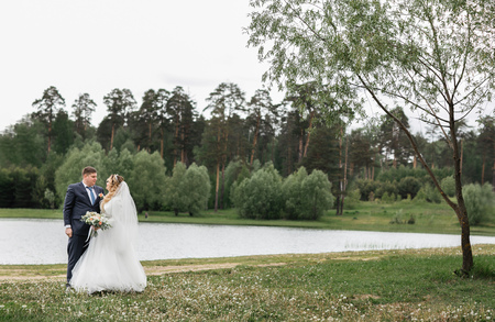 Wedding day. Young couple on the nature Foto de archivo