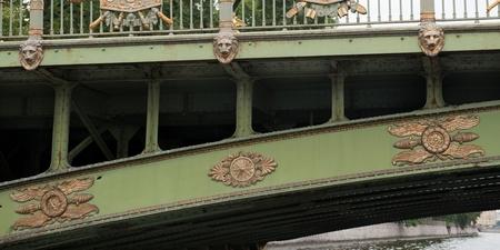 Detail einer Brücke über einem Fluss, St Petersburg, Russland Standard-Bild - 97737846