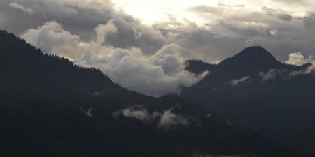 Fog over mountain range, Trongsa District, Bhutan Imagens