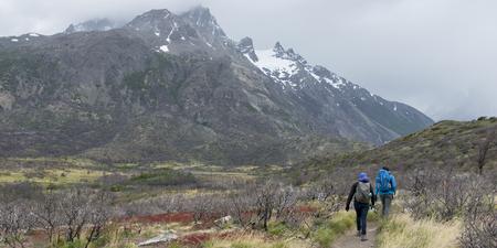 Tourists hiking, Torres Del Paine National Park, Patagonia, Chile Foto de archivo