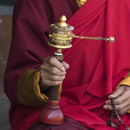 Buddhist monk holding prayer wheel, Memorial Chorten, Thimphu, Bhutan 版權商用圖片