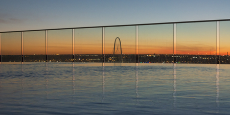 View of infinity pool at dusk, Victory Park, Dallas, Texas, USA 스톡 콘텐츠