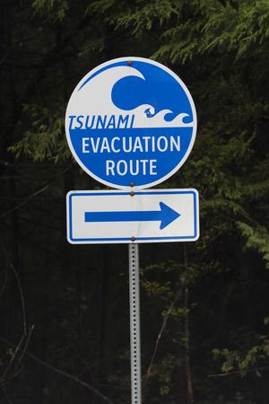 Tsunami evacuation route sign, Pacific Rim National Park Reserve, British Columbia, Canada Foto de archivo