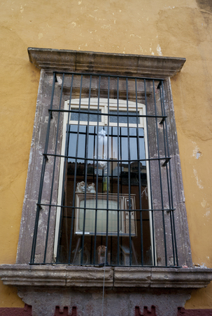 Televisor en la ventana de una casa, San Miguel de Allende, Guanajuato, México