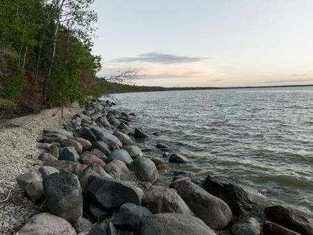 海岸線沿いの岩、ウィニペグ湖、リバートン、ヘクラ砥石州立公園、マニトバ、カナダ
