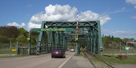 Autos, die auf Brücke, Port Hastings, Kap-Breton-Insel, Nova Scotia, Kanada bewegen