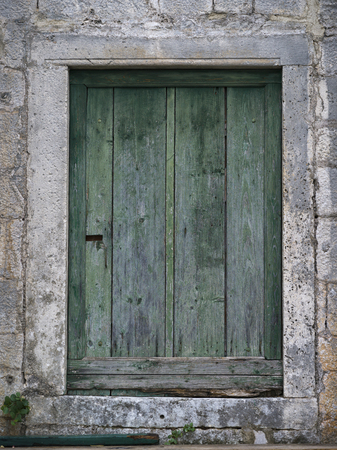 Nahaufnahme der geschlossenen Holztür, Perast, Montenegro