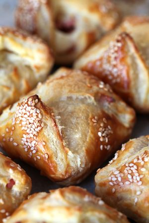 sezam: Sezam ciasto koperty nadziewany z szynkÄ…, salami i sera Zdjęcie Seryjne